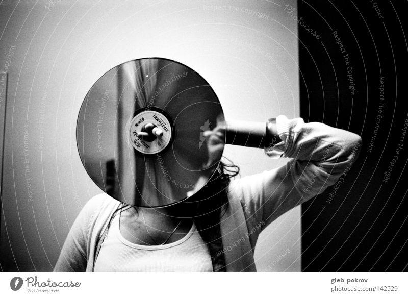Kreis. Bekleidung Hand Reflexion & Spiegelung Haare & Frisuren Schwarzweißfoto Müll Wand Lichterscheinung Medien Mensch Frau Hände Plattenmedien kompakt