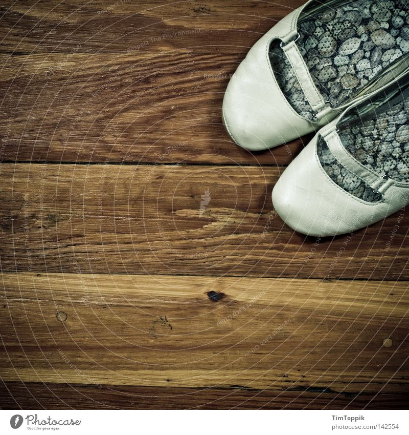 Holzschuhe Holzfußboden Bodenbelag Schuhe dreckig alt gebraucht kaputt schäbig Schuhsohle Leder Damenschuhe schuhspitze retro trendy Stil Dielenboden Ballerina