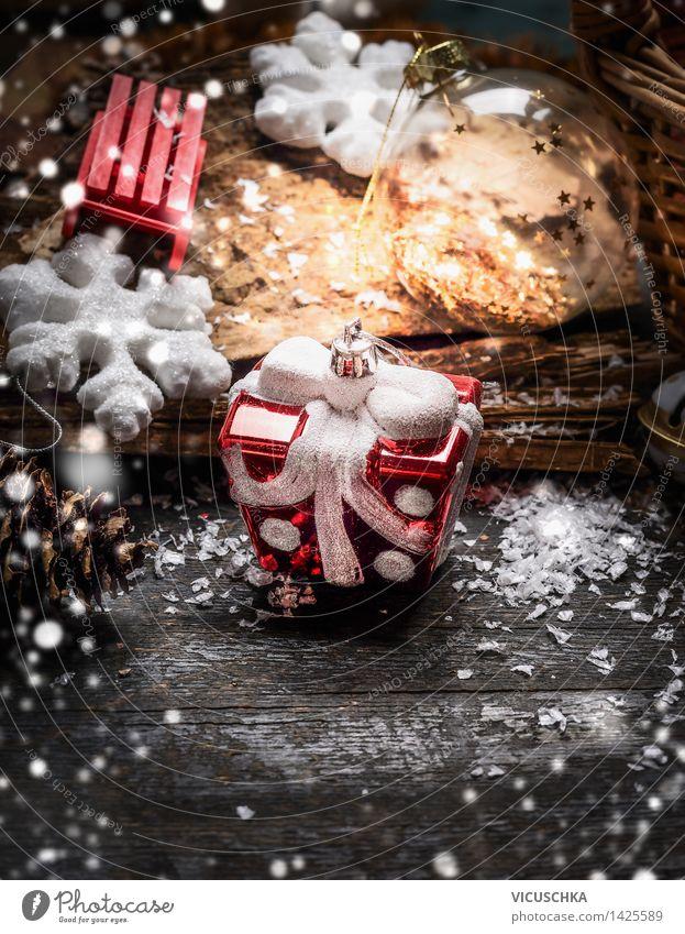 Weihnachtsschmuck auf rustikalem Holztisch . Weihnachten & Advent Haus Winter Schnee Stil Feste & Feiern Party Stimmung Wohnung Design Dekoration & Verzierung Postkarte Symbole & Metaphern Veranstaltung Tradition Kugel