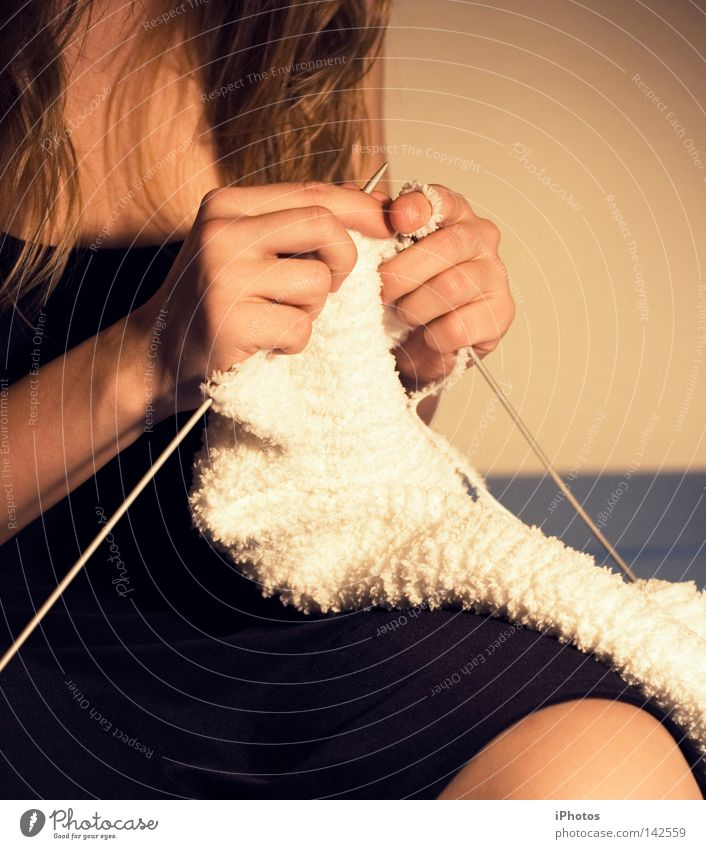 before you get a cold... stricken Handwerk Wolle weiß schwarz Knie Finger kalt blond Frau Schlaufe Winter frieren Haushalt Handarbeit sitzen Haare & Frisuren