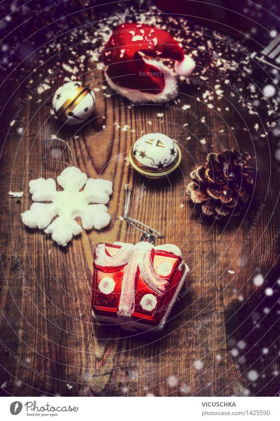 Weihnachtsdekoration auf rustikalem Holz Weihnachten & Advent Freude Winter dunkel Lifestyle Schnee Stil Feste & Feiern Stimmung Design Wohnung Häusliches Leben