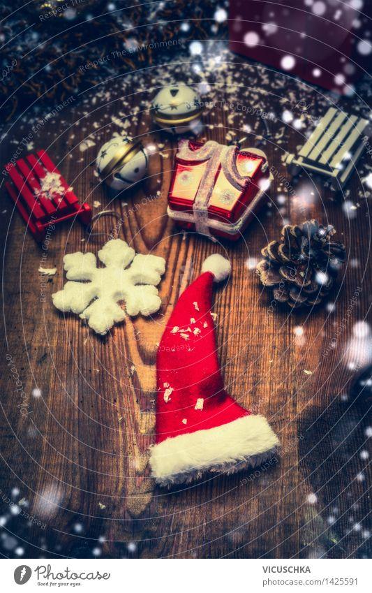 Weihnachtsmannmütze und dekoration auf dunklem Holztisch Weihnachten & Advent Winter Innenarchitektur Schnee Stil Feste & Feiern Wohnung Design