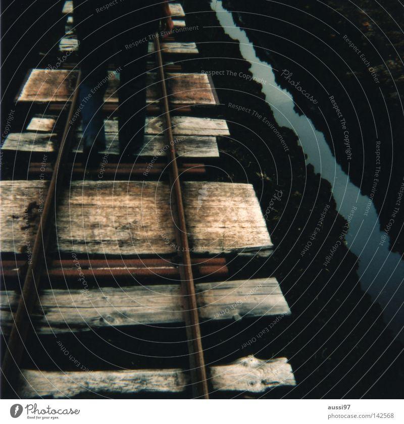 Schienenverkehr I gehen Verkehr Eisenbahn Güterverkehr & Logistik Gleise analog Fußgänger Bergsteigen Mittelformat Eisenbahnschwelle