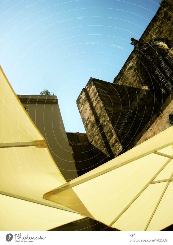 Ikarus fliegen Tragfläche Luft träumen Kathedrale Kirche alt neu Schatten Sonnenschirm Schirm Gotik Gleitflug Gotteshäuser Luftverkehr Flugdrache Architektur