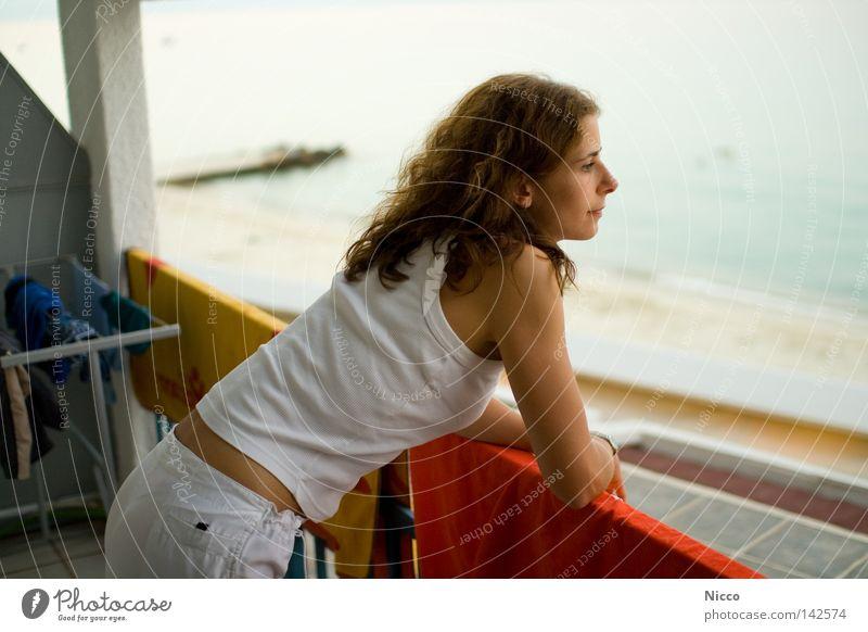 Meerblick Ferien & Urlaub & Reisen Frau Balkon Hotel Griechenland Strand Kleiderständer Handtuch trocknen weiß verträumt Fernweh Aussichtspunkt träumen Wellen
