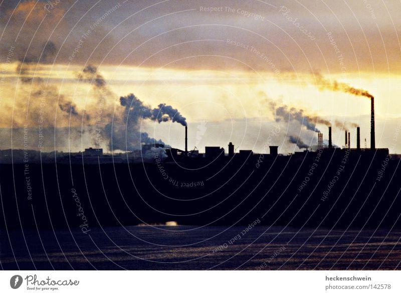 Stinkefinger Umwelt Industrie Zukunft Fluss Industriefotografie Fabrik Klima Vergänglichkeit Rauch Stress Abgas Russland Schornstein Flussufer Abenddämmerung
