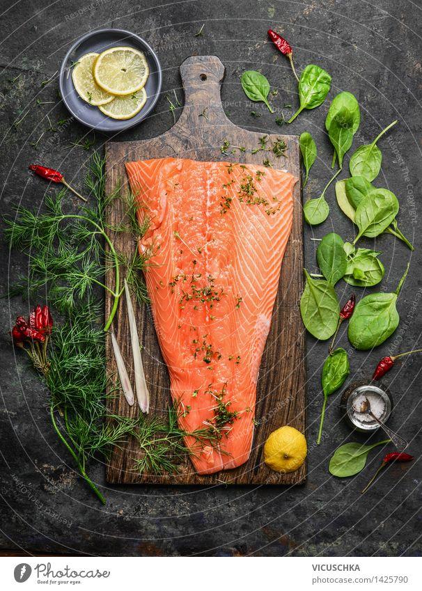 Lachsfilet auf rustikalem Schneidebrett mit frischen Zutaten Lebensmittel Fisch Gemüse Kräuter & Gewürze Ernährung Festessen Bioprodukte Vegetarische Ernährung