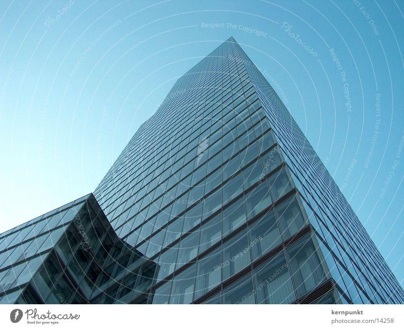 Hochhaus vor blauem Himmel Fenster Architektur Glas Fassade