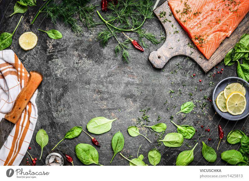 Lachs Fischfilets und frische Zutaten fürs Kochen Lebensmittel Gemüse Salat Salatbeilage Kräuter & Gewürze Ernährung Mittagessen Abendessen Büffet Brunch