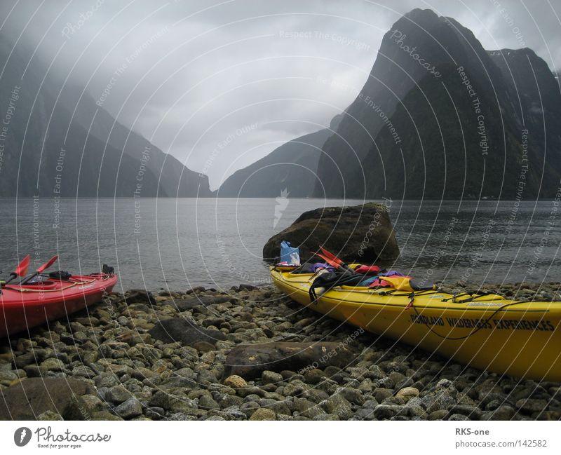Erstmal ausruhen. Milford Sound Neuseeland Südinsel Küste Fjord Meer Landschaft Berge u. Gebirge Gezeiten Ebbe Flut Eis Regen Nebel Windstille Wasserfahrzeug