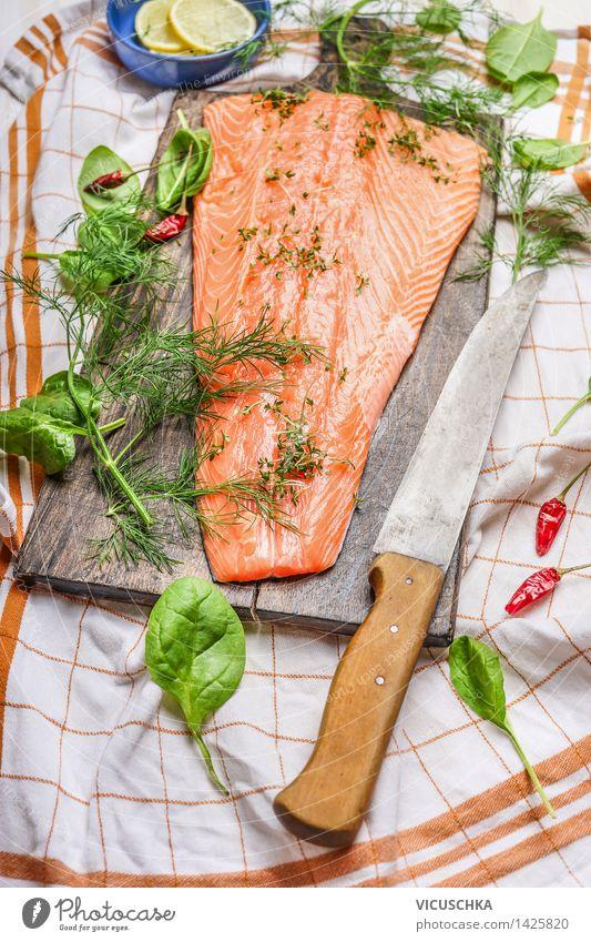Lachs Fischfilets auf Schneidebrett mit Messer Lebensmittel Gemüse Salat Salatbeilage Kräuter & Gewürze Ernährung Mittagessen Abendessen Festessen Bioprodukte