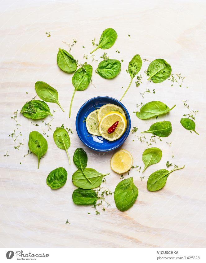Baby-Spinat um kleiner Schüssel mit Zitrone und Gewürze Gesunde Ernährung Leben Essen Stil Lebensmittel Design frisch Tisch Kochen & Garen & Backen