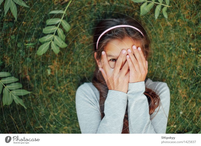 Mensch Kind Natur grün schön Sommer Blatt Mädchen schwarz Gesicht Auge gelb Gras lustig Glück lachen
