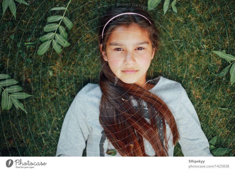 Kleines Mädchen, das auf dem Gras liegt Mensch Kind schön Sommer Sonne Gesicht Auge natürlich lustig Glück lachen klein Garten Haare & Frisuren Park