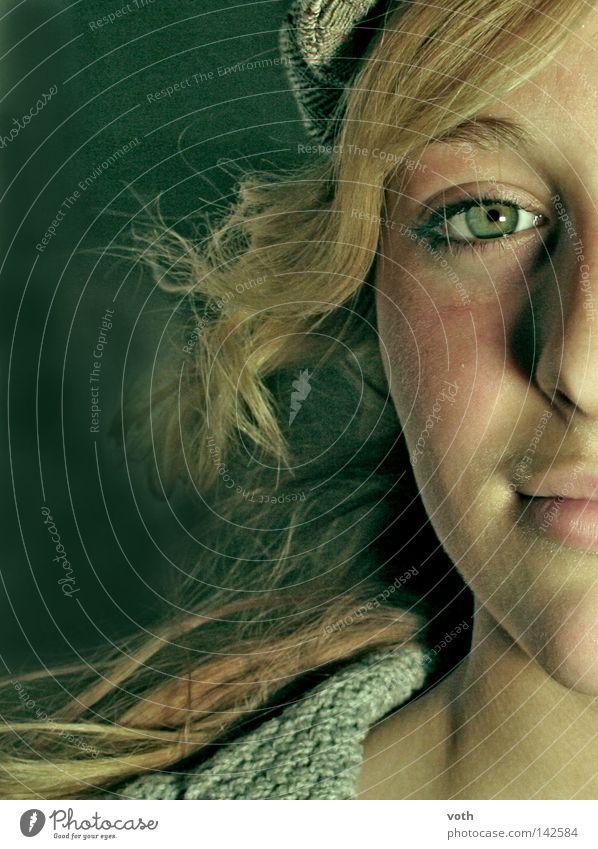 schoolgirl Haare & Frisuren fliegen grün blond Frau Porträt Gesicht Nase Mund Auge Lippen Hals Physik Model Versuch Blick Locken blondiene Wärme