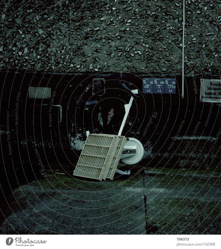 Sport im Osten alt Einsamkeit dunkel Wand Wege & Pfade Bewegung Freizeit & Hobby modern stehen Technik & Technologie kaputt Fußweg Müll Gesellschaft (Soziologie) Dynamik Gerät