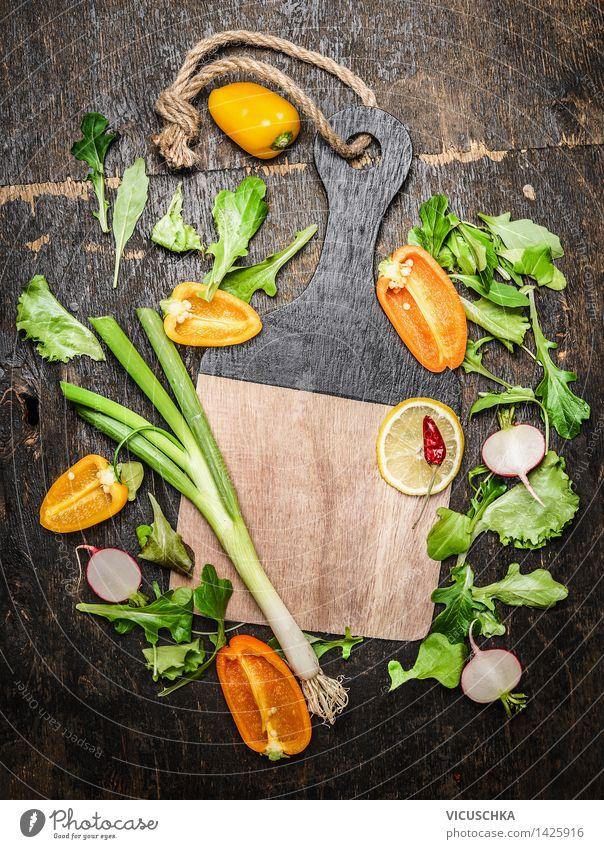 Gemüse und Kräuter fürs Kochen um leerem Schneidebrett Natur Gesunde Ernährung Leben Essen Stil Hintergrundbild Lifestyle Lebensmittel Design Tisch