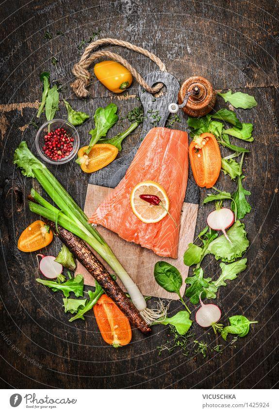 Lachs Fischfilets auf Schneidebrett mit frischem Gemüse Gesunde Ernährung Leben Foodfotografie Stil Lebensmittel Design Tisch Kochen & Garen & Backen