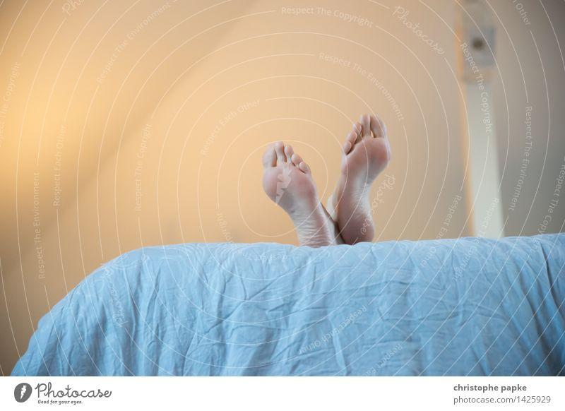 füße hochgelegt Häusliches Leben Wohnung Bett Raum Schlafzimmer feminin Fuß 1 Mensch 30-45 Jahre Erwachsene Erholung liegen schlafen träumen Gelassenheit ruhig