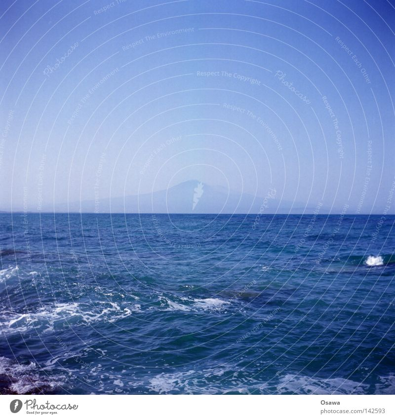 Ätna Vulkan Meer Mittelmeer Wasser blau Horizont Wellen Sizilien Italien Ferne ruhig Ferien & Urlaub & Reisen Lomografie Mittelformat Berge u. Gebirge 6x6 Scan