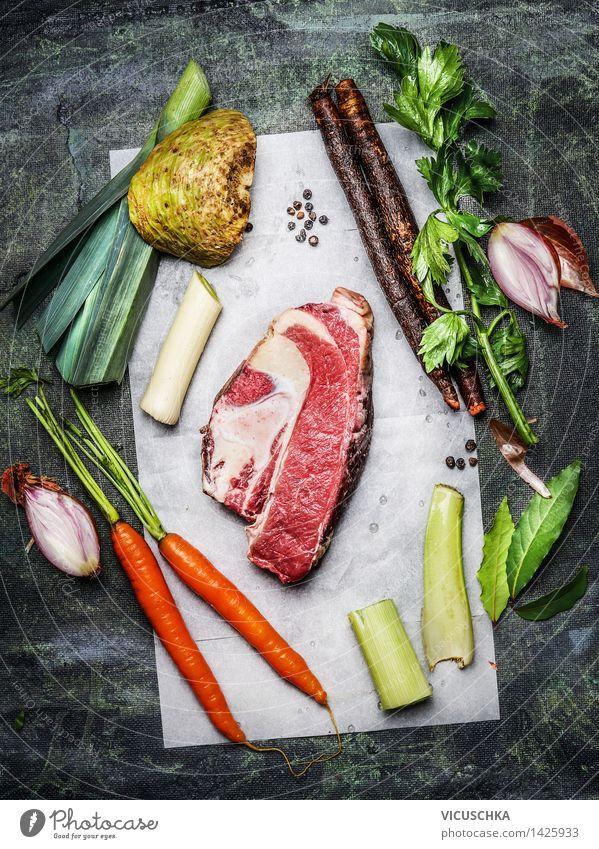 Rinderbrust Fleisch mit Suppengrün für Suppe oder Brühe Lebensmittel Gemüse Kräuter & Gewürze Ernährung Bioprodukte Gesunde Ernährung Tisch Küche Design Stil