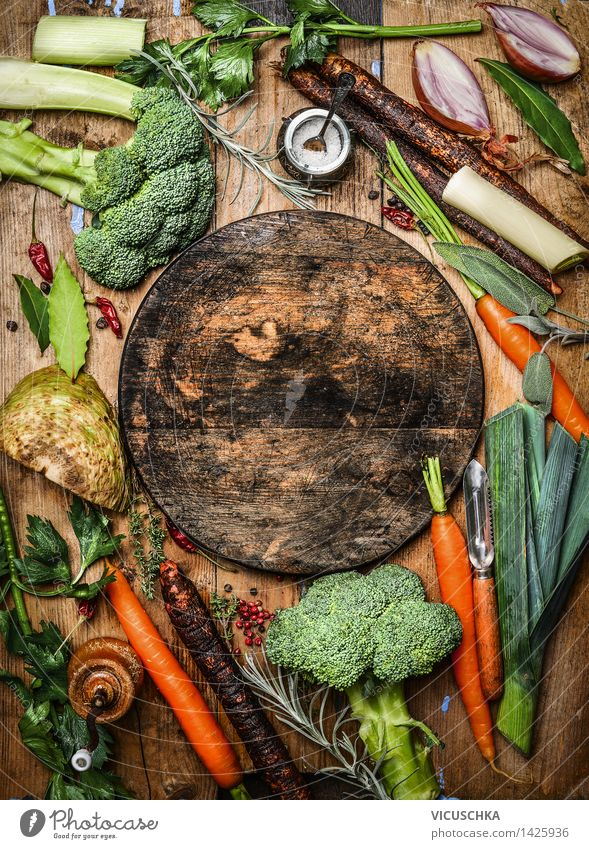 Bauernhof Gemüse und leere runde Schneidebrett Lebensmittel Kräuter & Gewürze Ernährung Mittagessen Abendessen Bioprodukte Vegetarische Ernährung Design
