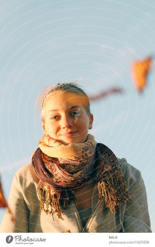 Herbstgedanken feminin Junge Frau Jugendliche Familie & Verwandtschaft Natur Himmel Freude Glück Lebensfreude Gedanke Farbfoto Tag