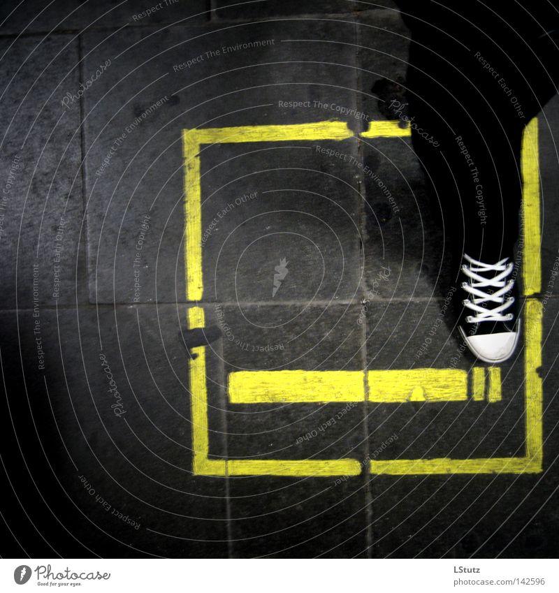 gleis 13 Farbe gelb Farbstoff Stein Schuhe Schilder & Markierungen Hinweisschild Zeichen Rauchen Zigarette Bahnhof Logo sehr wenige Warnschild mono Zufall