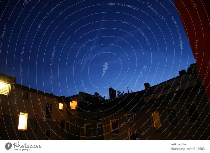 Ahms Haus Nachthimmel Gastronomie Abenddämmerung Hinterhof Kondensstreifen Nordlicht