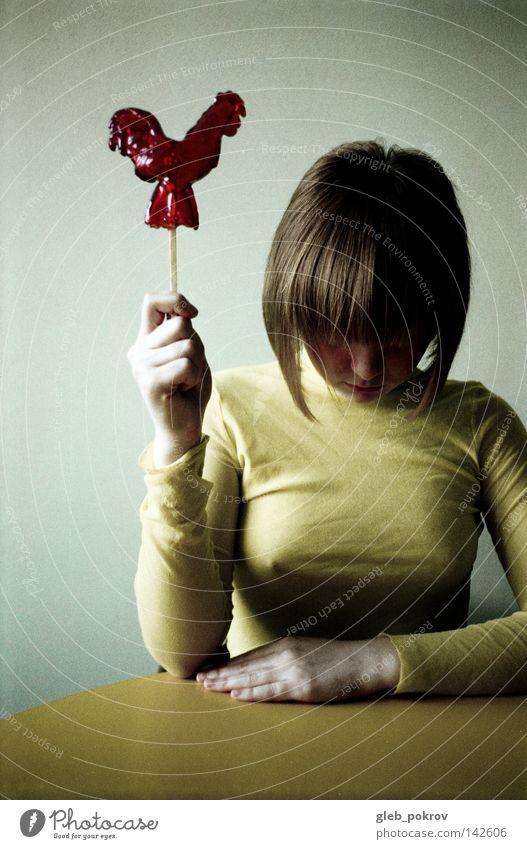 Liquitäres Huhn. Bluse Hemd Top Bekleidung Süßwaren Stock Hand Porträt Gesicht Haare & Frisuren Freude Kulisse Müll Mensch Frau Ledenets Hände eine Tabelle gelb