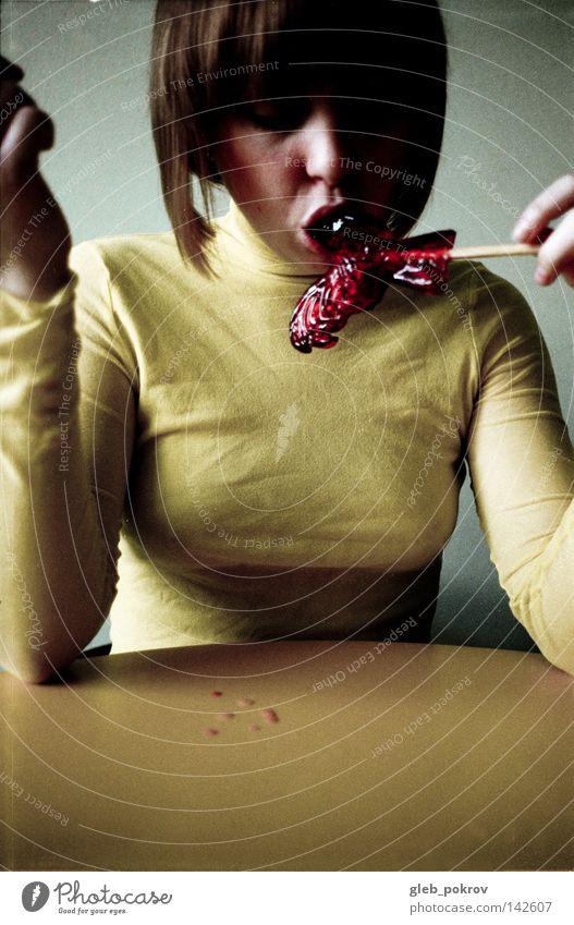Frau Mensch Hand Freude Gesicht gelb Haare & Frisuren Essen Medien Bekleidung Behaarung Filmindustrie Müll analog Hemd Süßwaren