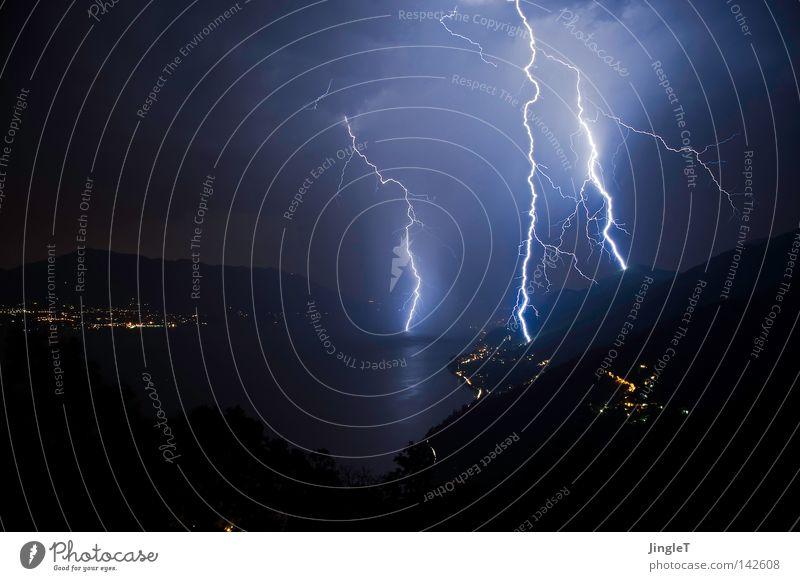 TripleFlash Gewitter Regen Nacht dunkel trüb schlechtes Wetter Wolken entladen See Berge u. Gebirge Wasser Baum Felsen Stein Bergdorf Dorf Blitze Donnern