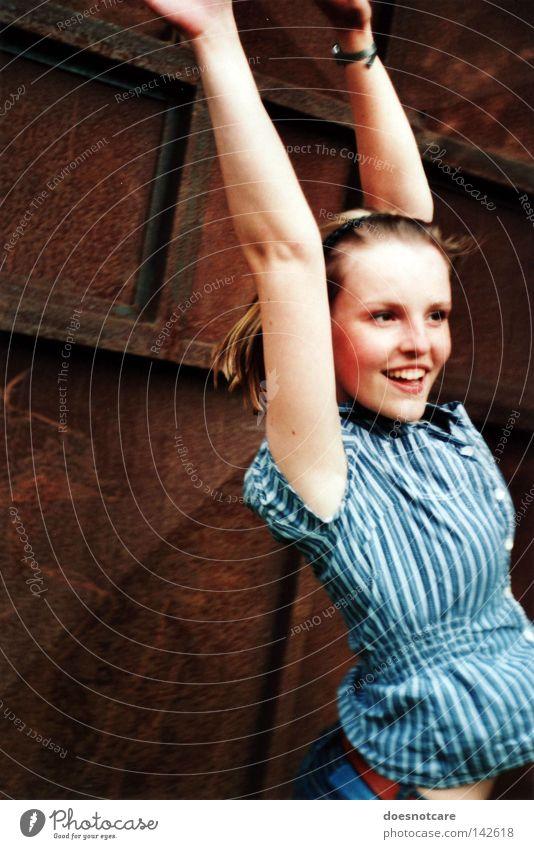the whole world (could melt, i don't care.) Frau schön Freude feminin springen lachen blond Erwachsene Zähne Streifen Hemd Rost Lächeln Sommersprossen hüpfen