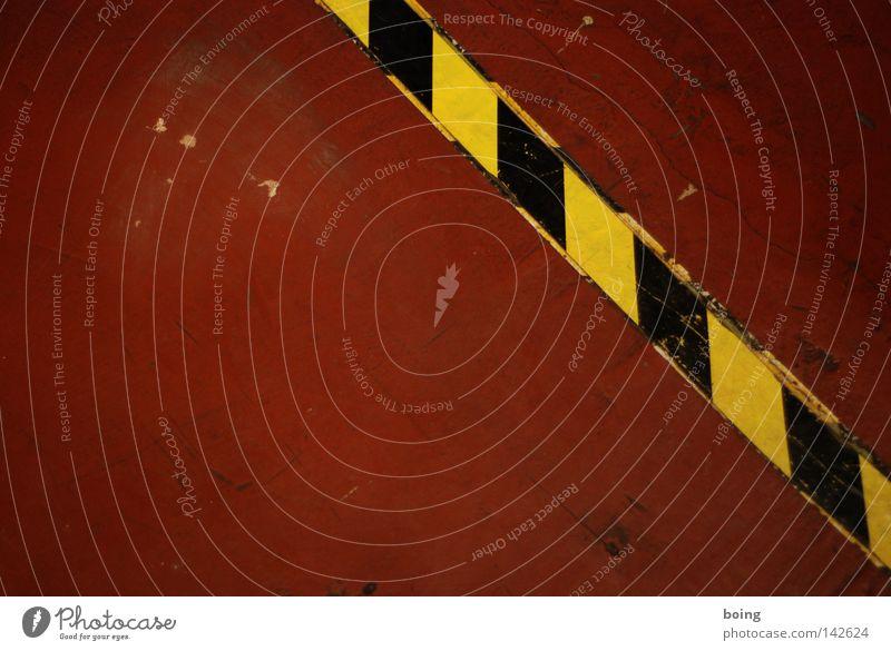 rot Bodenbelag Linoleum Niveau Streifen Riss Lücke Grenze Detailaufnahme bohnern PVC Scheuerspur fleischfarben Treppe Hinweisschild