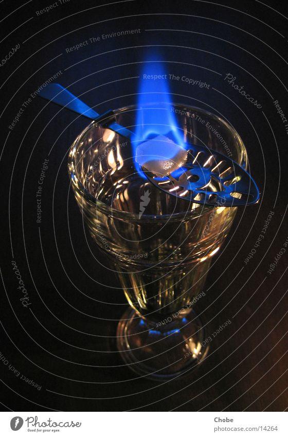 Absinthritual grün blau Glas Brand Alkohol Flamme Zucker Löffel Ritual Besteck Würfelzucker