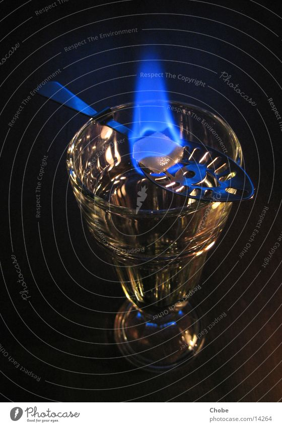 Absinthritual grün Löffel Zucker Würfelzucker Ritual Alkohol Glas Brand Flamme blau Trinkritual