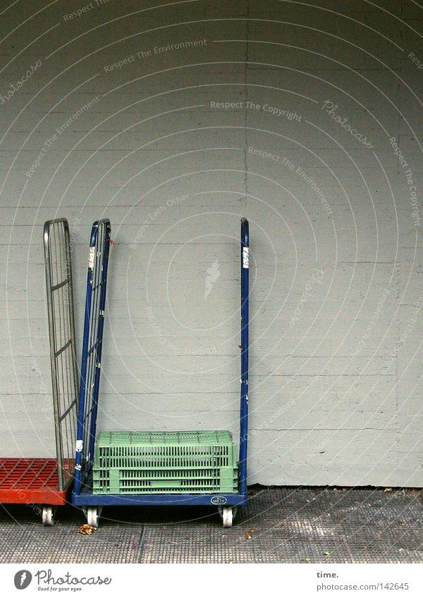 Supermarkt Backstage (II) Wand Güterverkehr & Logistik Dienstleistungsgewerbe Hinterhof Aluminium Behälter u. Gefäße Betonwand Güteraustausch Vor hellem Hintergrund