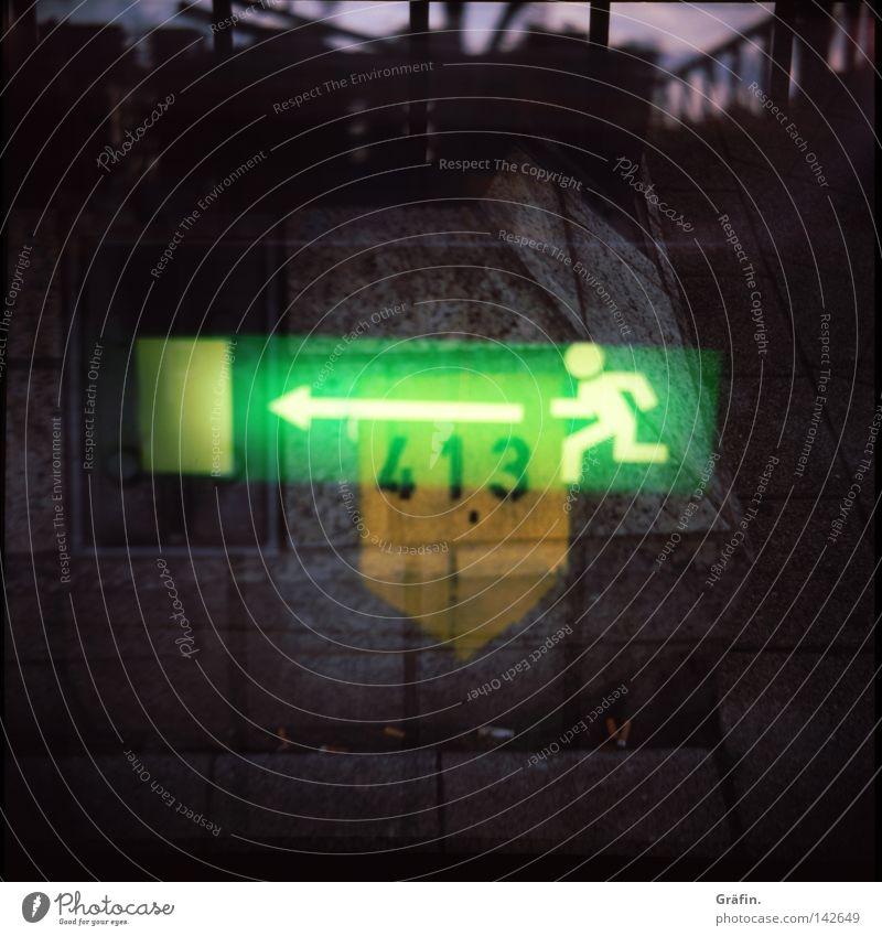 Notausgang grün gelb dunkel Mauer Wege & Pfade Lampe Beleuchtung Beton Hinweisschild Ziffern & Zahlen Hafen Doppelbelichtung Panik schlechtes Wetter notleidend Piktogramm