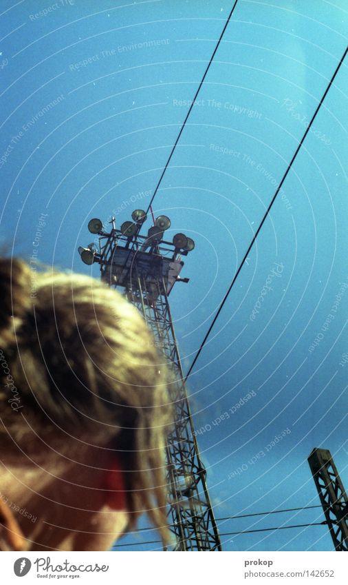 drivebyselfshot Mann Himmel blau Farbe Lampe Freiheit Kopf frei Netzwerk gefährlich Kommunizieren Kabel beobachten Stahl Publikum Kontrolle