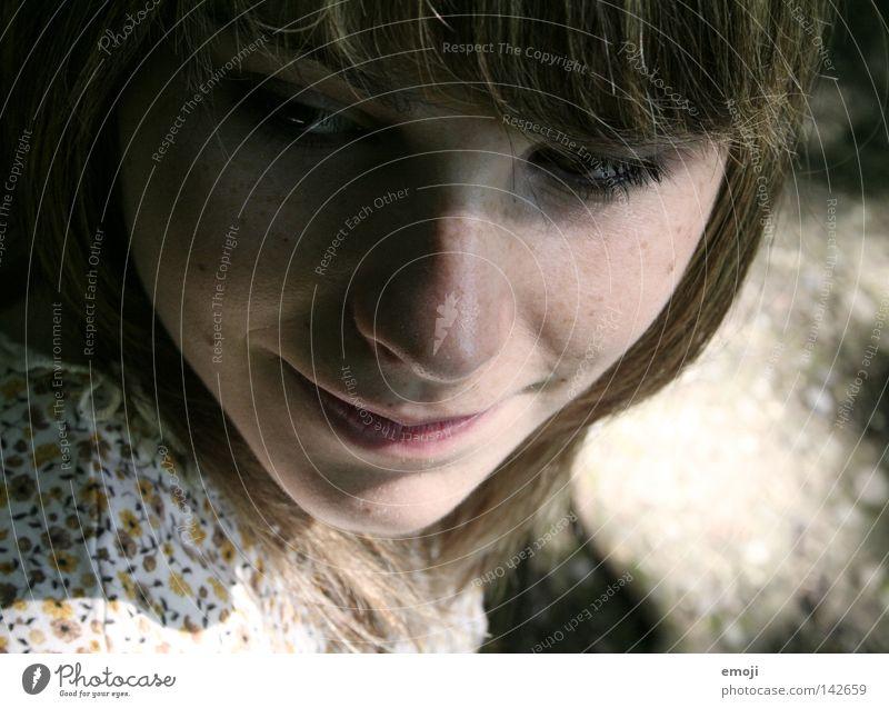 guck mal, Sommersprossen Denken Fröhlichkeit attraktiv Frau Vogelperspektive Porträt feminin Jugendliche schön Beautyfotografie rein Sonnenlicht springen