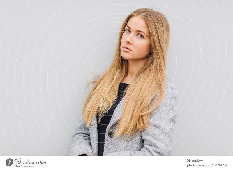 Mensch Frau Jugendliche Stadt schön Junge Frau weiß Haus 18-30 Jahre schwarz Gesicht Erwachsene Auge Wand Stil Mauer