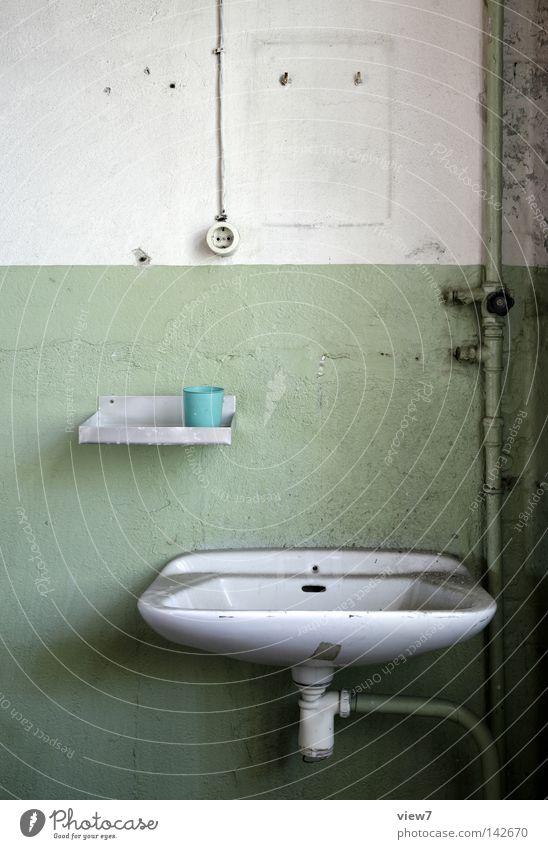 Wachbeckenwand Einsamkeit Farbe Wand Raum gehen Ordnung Bad Spuren verfallen Spiegel Toilette Tapete führen obskur Örtlichkeit Leitung