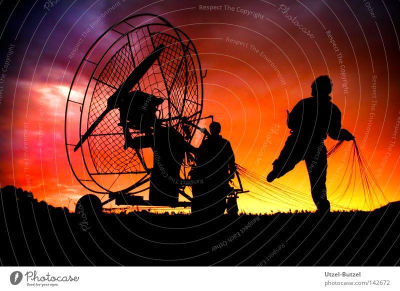 UFO Mensch Himmel Sonne rot Freude ruhig Wolken Sport springen Spielen Freiheit Aktion Unendlichkeit harmonisch Verlauf Gleitschirmfliegen