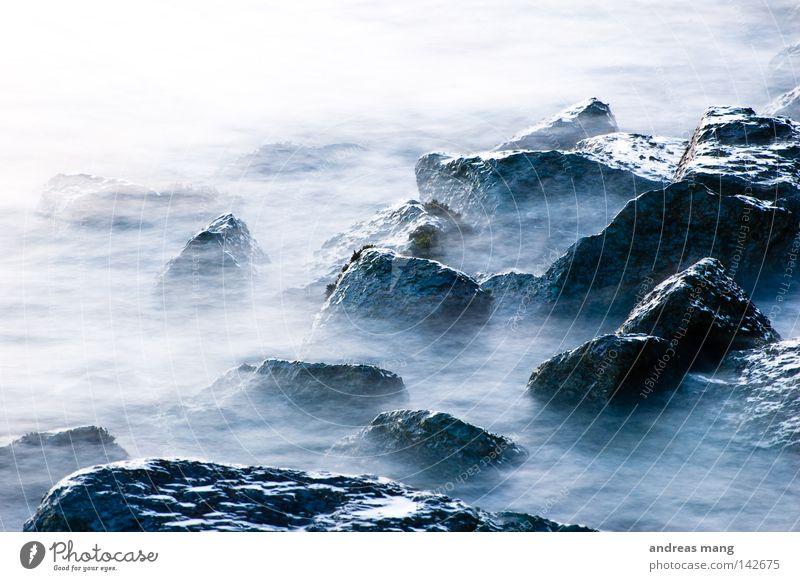 Liquid Flüssigkeit Brandung Elektrizität Strömung gefährlich reißend Geschwindigkeit Meer fließen Fluss Bach Wasser Stein Felsen bedrohlich blau Natur