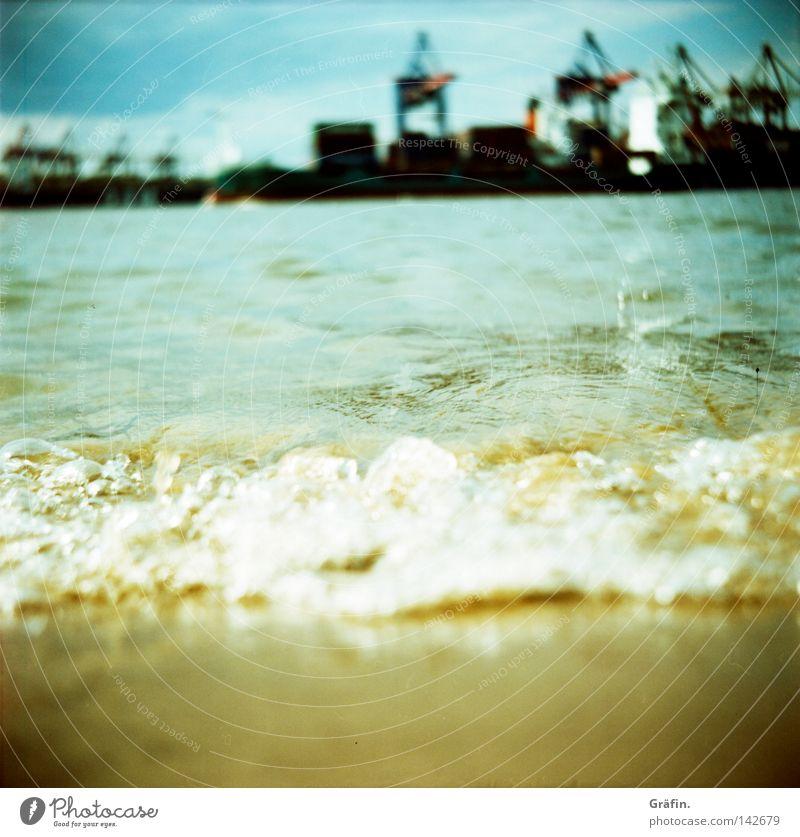 Rolling home Strand Wellen Arbeit & Erwerbstätigkeit Industrie Natur Wasser Himmel Fluss Hafen Schifffahrt Containerschiff Wasserfahrzeug Bewegung nass braun