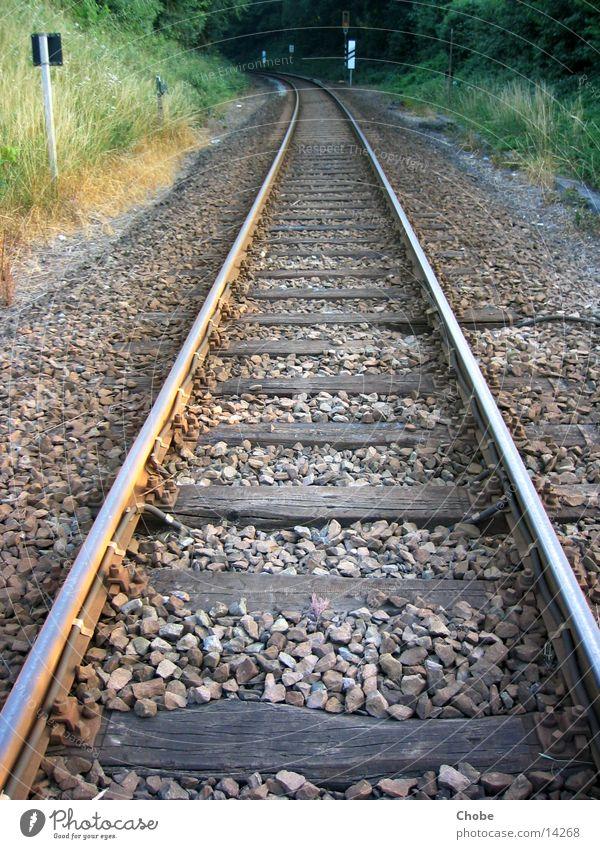 Schienen 1 Eisenbahn Gleise Holz Verkehr Perspektive Stein morgends