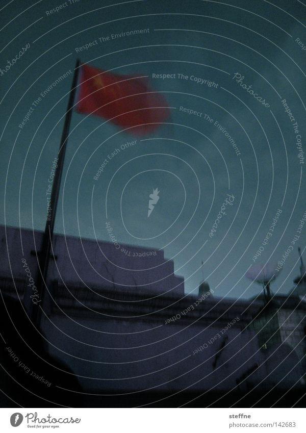 CHINA [flag] rot dunkel Stern (Symbol) Fahne bedrohlich Asien China wehen Kommunismus Satellitenantenne