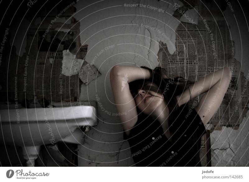 verzweiflung Lebewesen Frau feminin Waschbecken Sauberkeit Wand Tapete Zeitung Putz verfallen verwohnt Verzweiflung Oberkörper Bluse Knöpfe dunkel hell Puppe