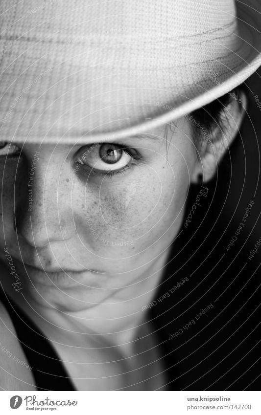 gut behütet Sommer Junge Frau Jugendliche Erwachsene Mode Hut trendy Strohhut Sommersprossen Wetterschutz Schwarzweißfoto Porträt Blick 18-30 Jahre Haut
