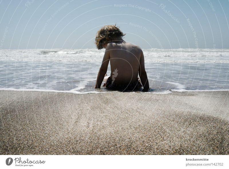 Das Meer in mir Kind Wasser Sommer Strand Ferien & Urlaub & Reisen ruhig Junge Spielen Haare & Frisuren Sand Küste Wellen warten Rücken